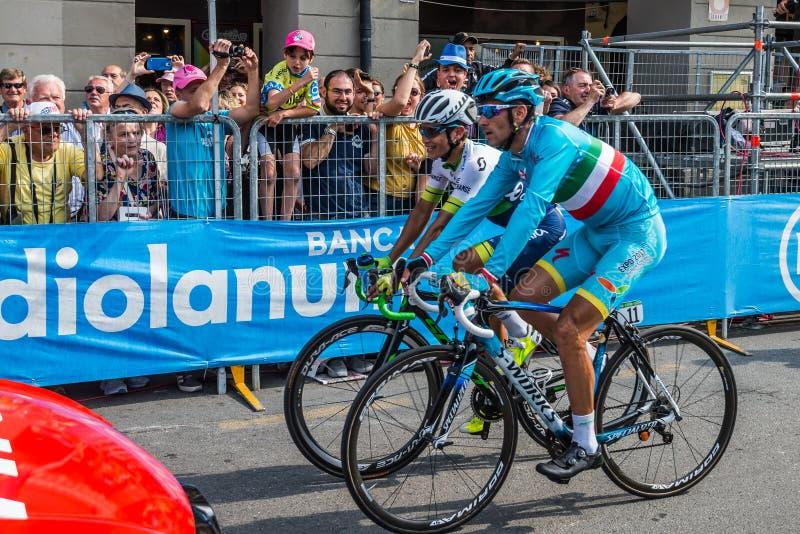 Pinerolo, Włochy Maj 26, 2016; Vincenzo Nibali Chaves po kona scena i Esteban obraz stock