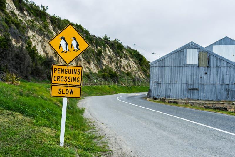 Pingüinos que cruzan la señal de tráfico fotografía de archivo libre de regalías