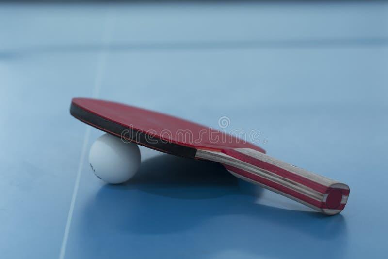 Ping-pong orange sur 'bat' noire images libres de droits