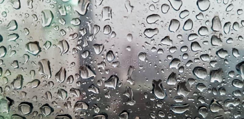 Pingo de chuva nas janelas de vidro transparentes imagens de stock