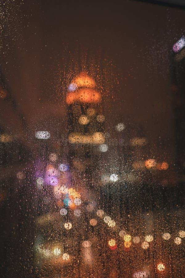 Pingos de chuva da noite da cidade imagem de stock