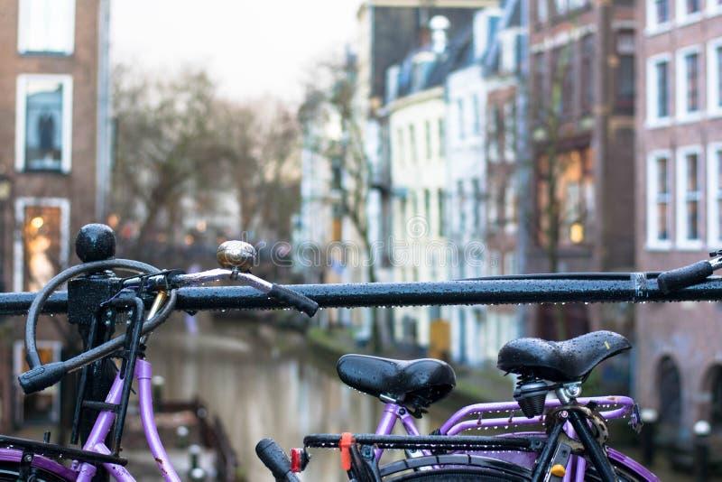Pingos de chuva em bicicletas em Utrecht, Holanda imagens de stock royalty free