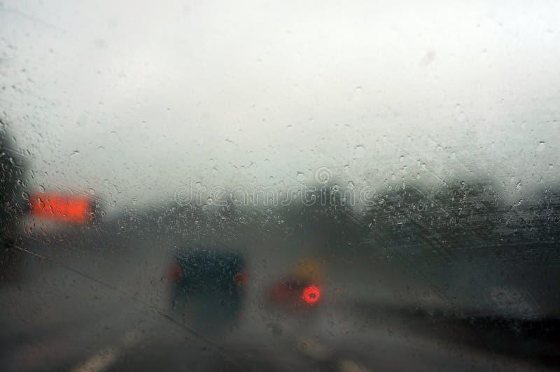 Pingos de chuva em uma janela de carro fotos de stock royalty free