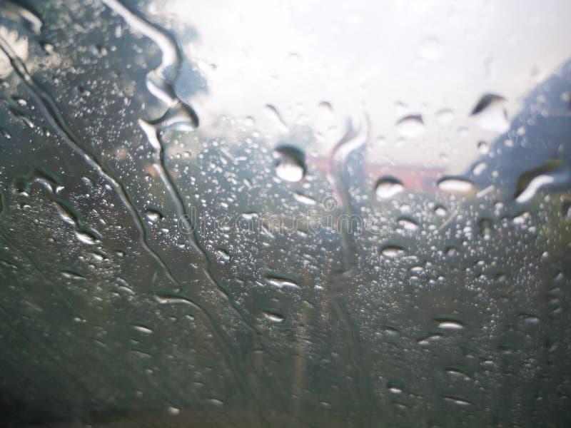 Pingos de chuva em uma janela com nuvem da escurid?o fotos de stock royalty free