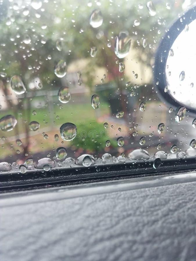 Pingos de chuva na janela fotografia de stock