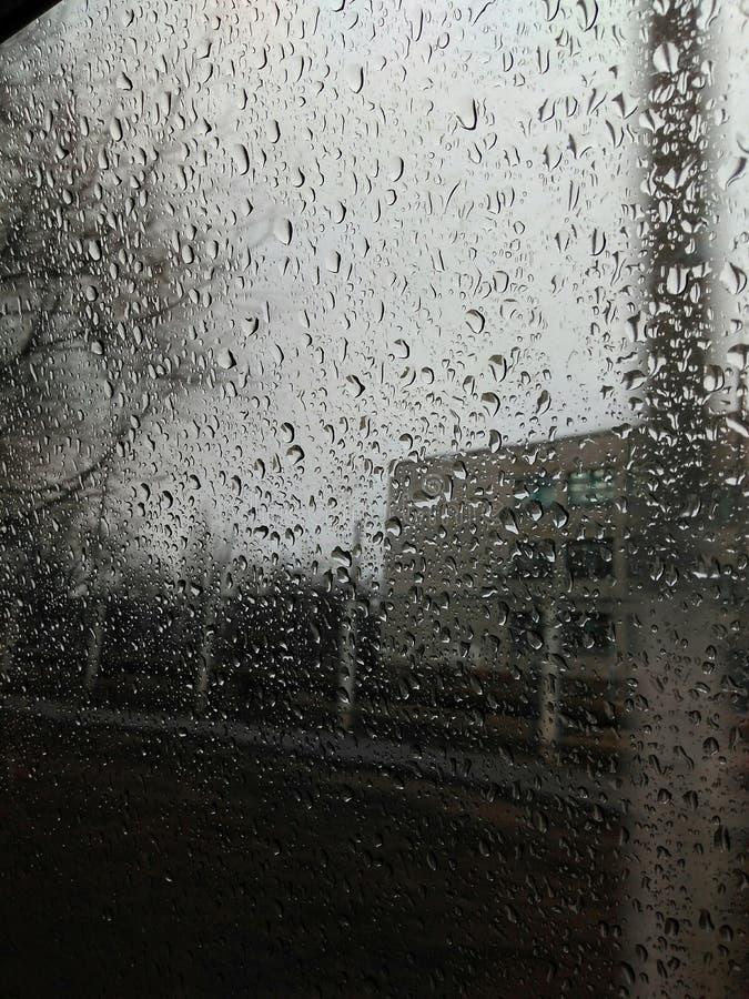 Pingos de chuva na janela imagem de stock