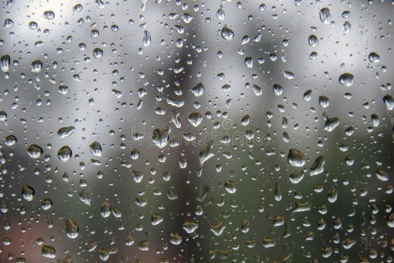 Pingos de chuva na janela panorâmico fotos de stock