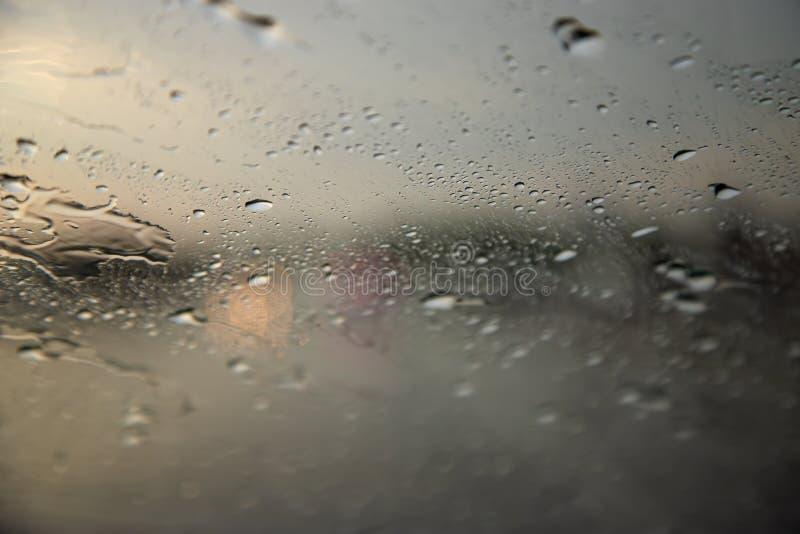 Pingos de chuva no para-brisa de um carro Condições meteorológicas da previsão de tempo imagem de stock royalty free