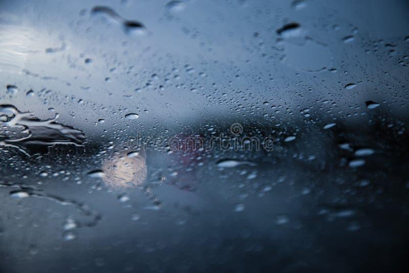 Pingos de chuva no para-brisa de um carro Condições meteorológicas da previsão de tempo imagens de stock royalty free
