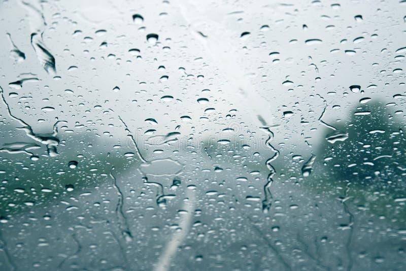 Pingos de chuva no para-brisa de um carro Condições meteorológicas da previsão de tempo fotos de stock royalty free