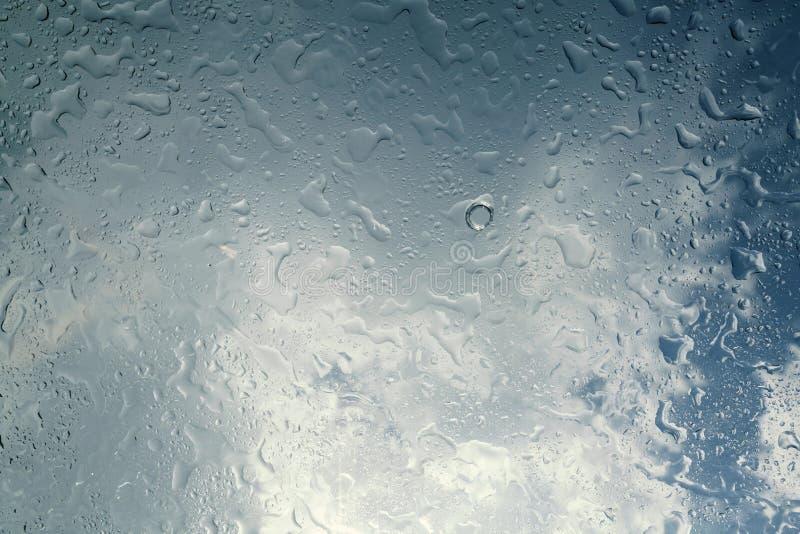 Pingos de chuva no vidro imagem de stock royalty free