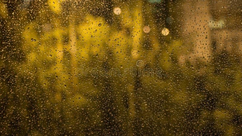 Pingos de chuva no vidro de indicador A vista da janela fotografia de stock royalty free