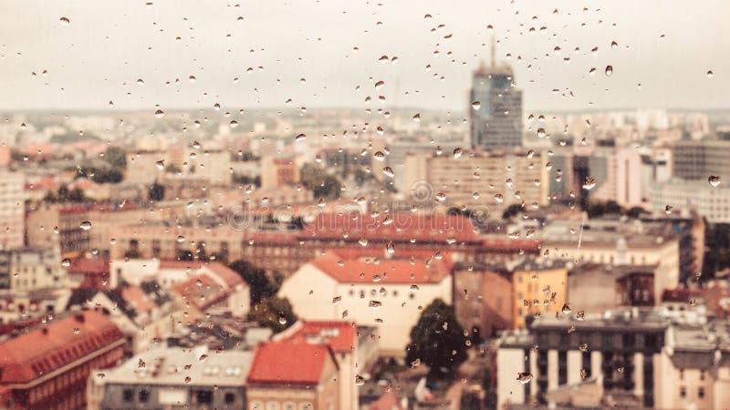 Pingos de chuva no vidro sujo, atrás do panorama borrado vidro foto de stock royalty free