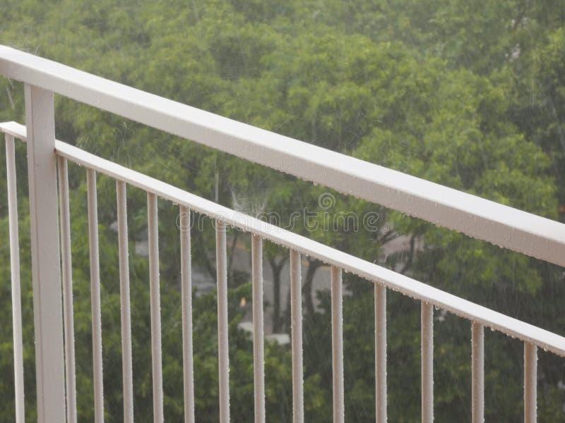 Pingos de chuva que caem em uma superfície foto de stock