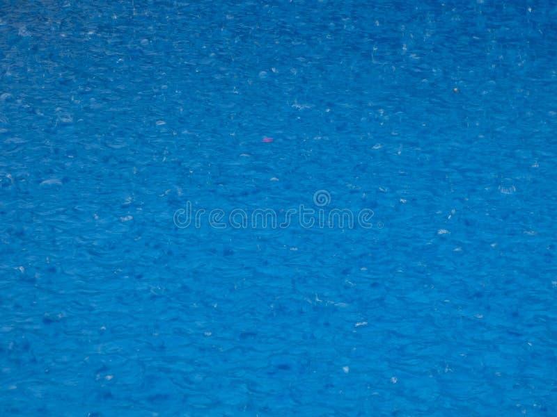 Pingos de chuva que caem em uma superfície fotos de stock royalty free