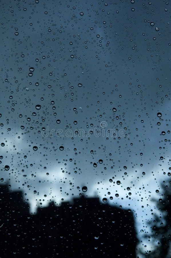Pingos de chuva urbanos imagem de stock