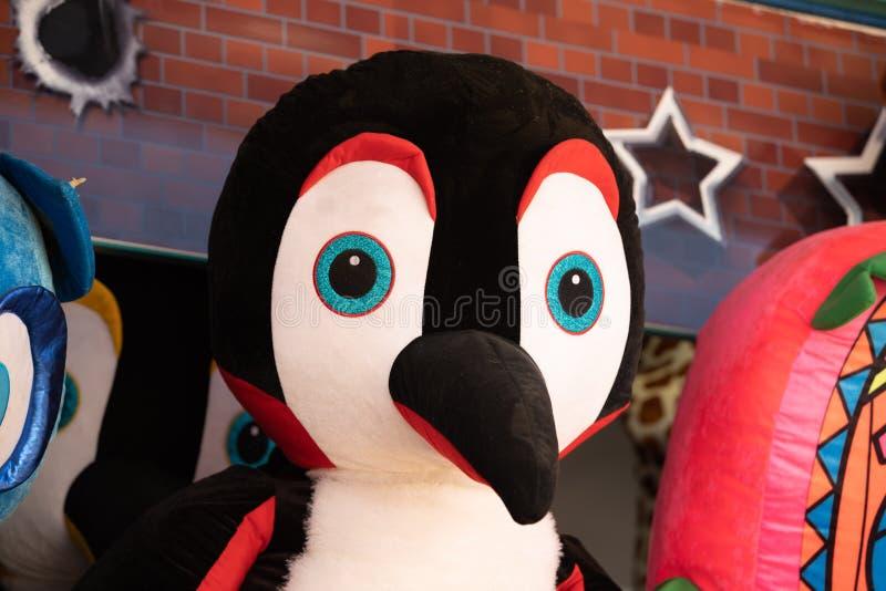 Pingouin géant de peluche sur le mur photo libre de droits