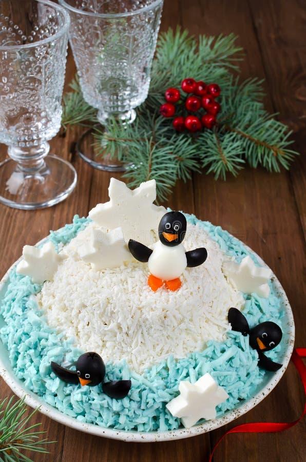 Pingouins de fête de salade sur une banquise photo stock