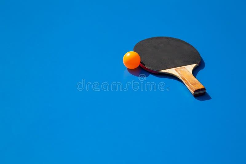 Pingpongbal met peddel royalty-vrije stock afbeeldingen