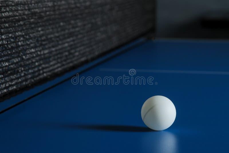 Pingpongbal op een blauwe pingponglijst Sport Het spel van de sport royalty-vrije stock afbeelding