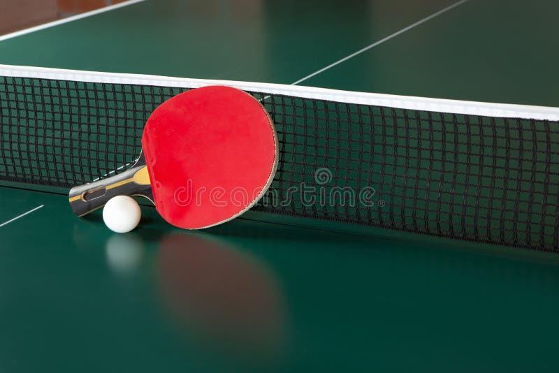 Pingpongowy kant i pi?ka na zielonym stole Ping-pong sie? obrazy stock