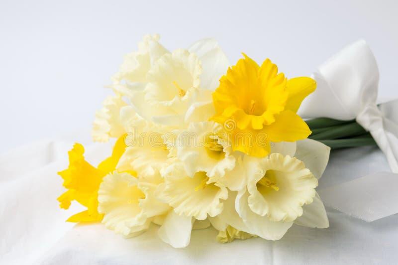 Pingstliljan blommar buketten som slås in i textil arkivbild