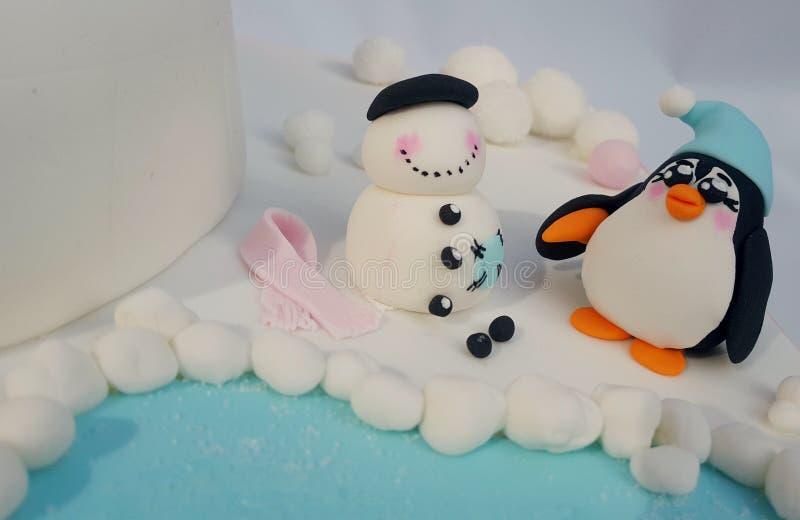 Pinguïn die een sneeuwmanmodel bouwen stock fotografie