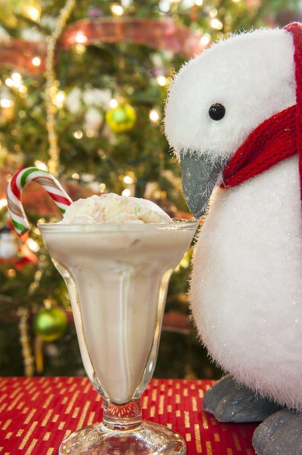 Pinguïn die Suikergoed Cane Ice Cream eten stock afbeeldingen