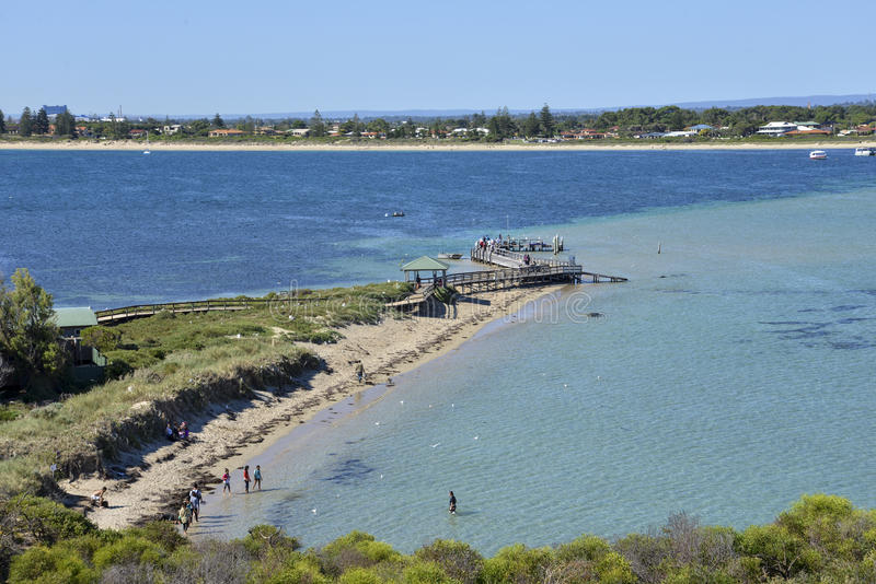Pinguininselstrand und hölzerne Anlegestelle in Rockingham stockbild