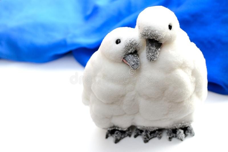 Pingwiny w miłość ornamencie obraz stock