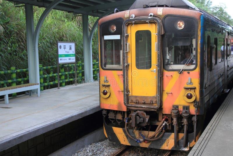 Pingxipost en trein op Pingxi-lijn stock afbeeldingen