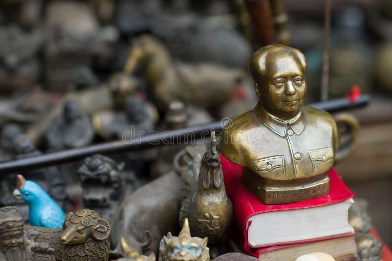 Pingyao, Chine - 08 13 2016 : Statue de Mao Zedong Bust Head de cru et de vieux grand Chef en bronze chinois petite sur un march images stock