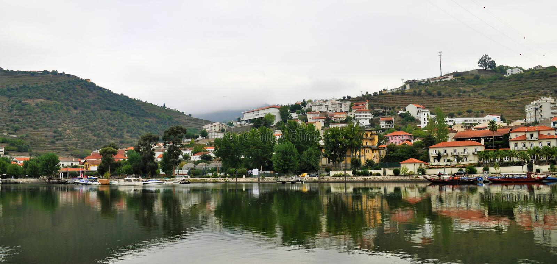 Pinhão et la rivière de Douro photos libres de droits