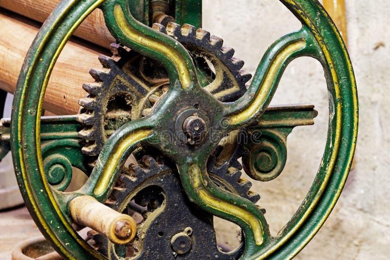 Pinhão com a roda do dispositivo mecânico velho foto de stock royalty free