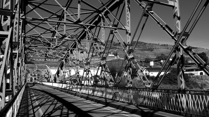 Pinhao-Eisenbrücke über Duero-Fluss in Duero-Tal in Portugal stockbilder