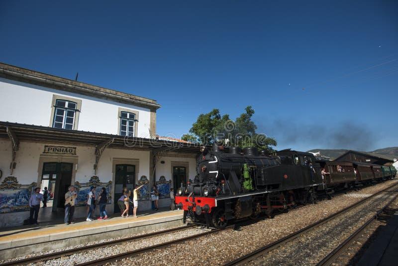 Pinhao, Portugal - 15 de julho de 2017: um trem antigo do vapor incorpora a estação do pinhao fotografia de stock royalty free