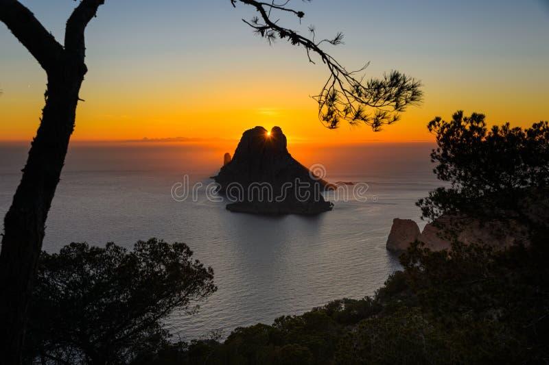 Pinheiro do por do sol do Es Vedra Ibiza fotografia de stock royalty free