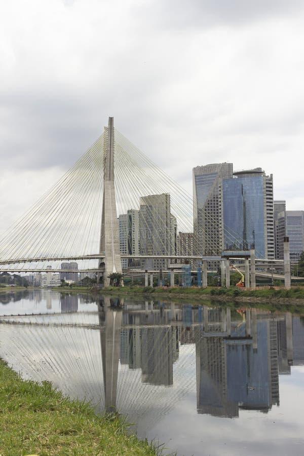 Pinheiros rzeka i Estaiada most w Sao Paulo, Brazylia fotografia stock