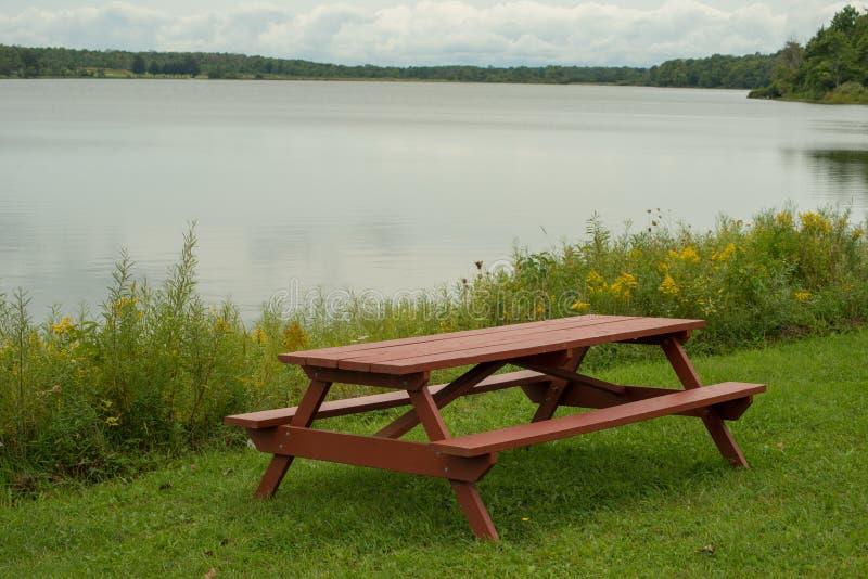 Pinic stół na lakeshore zdjęcie royalty free