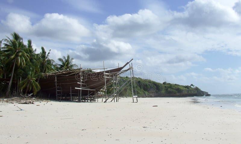 Pinisi die op strand Bira Sulawesi voortbouwen royalty-vrije stock foto's