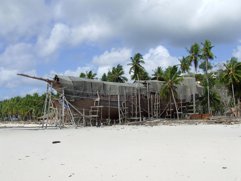 Pinisi die op strand Bira Sulawesi voortbouwen royalty-vrije stock fotografie