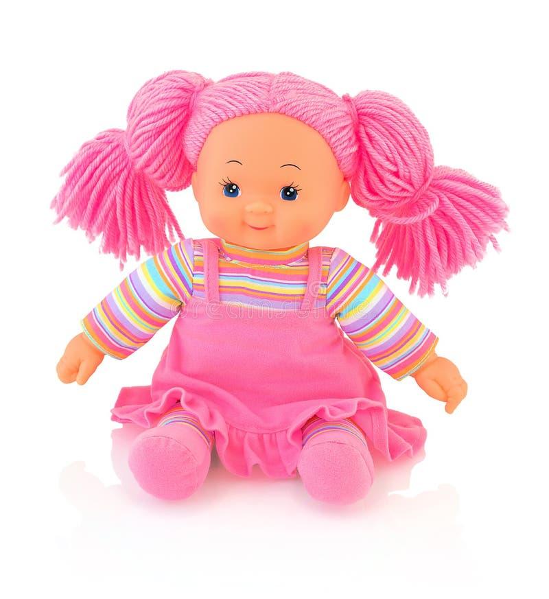 Pink plushie pop op witte achtergrond met schaduwbezinning die wordt geïsoleerd De leuke baby van het pinkvod - poppenzitting op  royalty-vrije stock foto's