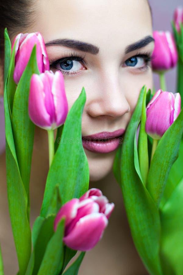 With Pink Tulips夫人 免版税库存图片
