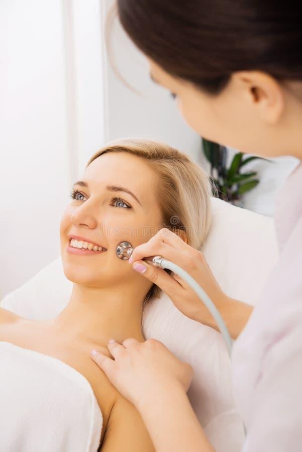 Pinkelnde Frau ihr Gesicht stockbild. Bild von mädchen