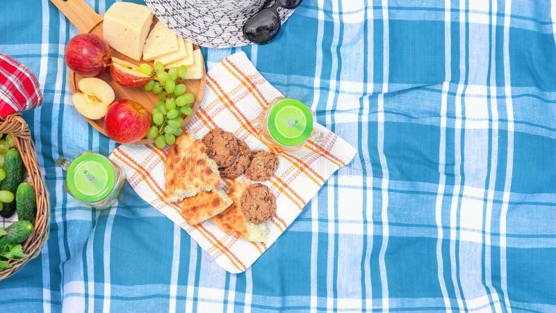 Pinkin na trawie na letnim dniu poj?cie lata plenerowy odtwarzanie - kosz, winogrona, ser, chleb, jab?ka - obrazy royalty free