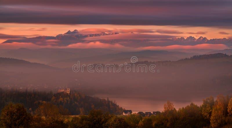 Pinky Autumn Foggy Morning In High Tatras, Polen Mening van de Bergen, het Czorsztyn-Meer en het Kasteel met de Zelfde Naam LAN royalty-vrije stock foto