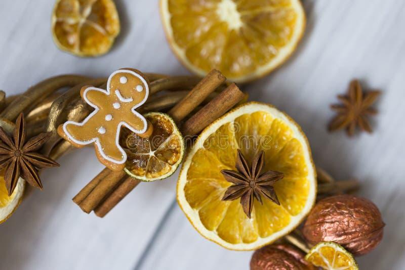 Pinnar av kanel, blommor av badian eller anis, torkade apelsiner och citroner och pepparkakamän arkivfoto