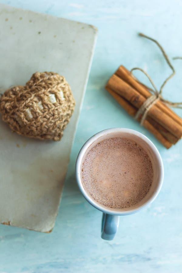 pinnar för gammal bok för kakaokopp kanelbruna och stucken hjärta arkivfoton