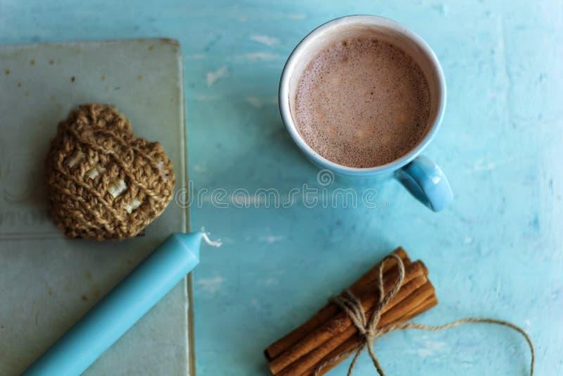 pinnar för gammal bok för kakaokopp kanelbruna och stucken hjärta royaltyfria foton