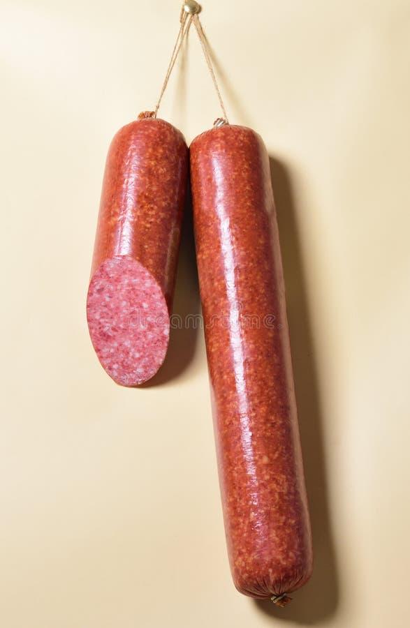 Pinnar salami eller korvar som hänger på repen royaltyfri bild
